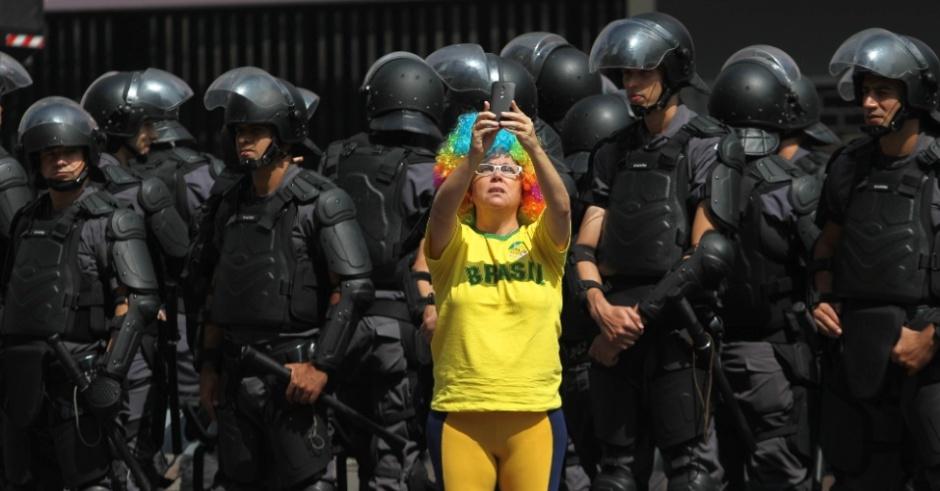 manifestantes-tiram-fotos-com-a-policiais-da-tropa-de-choque-da-policia-militar-durante-um-protesto-contra-Dilma-12abr2015-